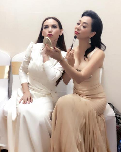 MC Kỳ Duyên và ca sĩ Phi Nhung diễn sâu, tạo dáng kiêu sa.