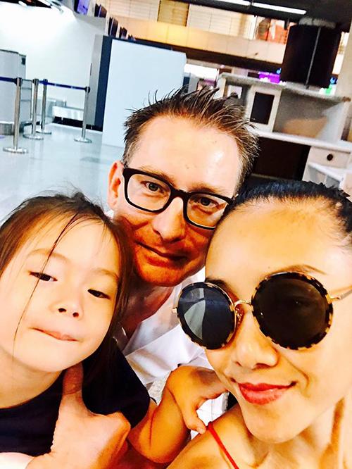 Đoan Trang và con gái Son tạm biệt ông xã đi công tác trong vài ngày.