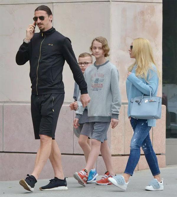 Ibrahimovic đi ăn cùng vợ và hai con trai tại Beverly Hill hôm cuối tuần.