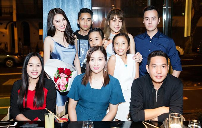 Hoa hậu hạnh phúc mừng sinh nhật muộn cùng gia đình. Đây là buổi tiệc mà anh trai cô đã bí mật lên kế hoạch tổ chức.