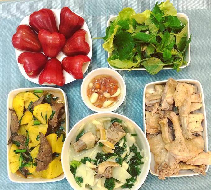 Đam mê nấu nướng, Thanh Hoan thường tranh thủ vào bếp chuẩn bị bữa cơm tươm tất cho chồng sau mỗi chiều đi làm về.