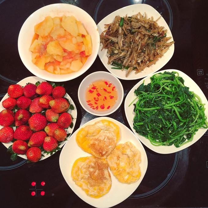 Nhà có hai vợ chồng trẻ nên cóhôm chuẩn bị nhiều đồ ăn, Hoan lại mang sang nhà bố mẹ kế bên mờiăn cùng.
