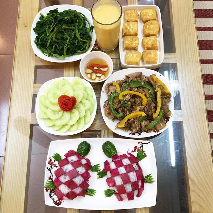 Các món ăn đơn giản, dễ chế biến, lại được bày biện đẹp mắt khiến ông xã Hoan mê cơm vợ nấu và nói không với cơm hàng.