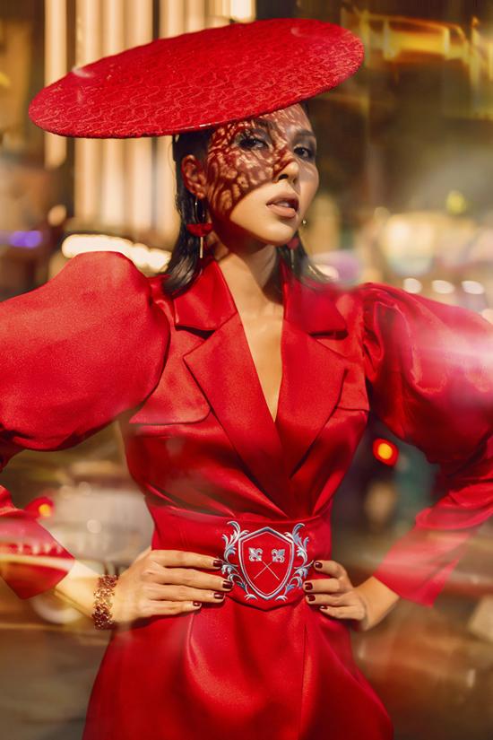 Điểm xuyết trên trên trang phụclà các nét tiêu biểu của thời trang châu Âu thời kỳVictorian như chất liệu ren kinh điển, những đường cắt eo, tạo dáng corset, những đường tạo phồng ở tay hay điểm nhấnở cổ áo.