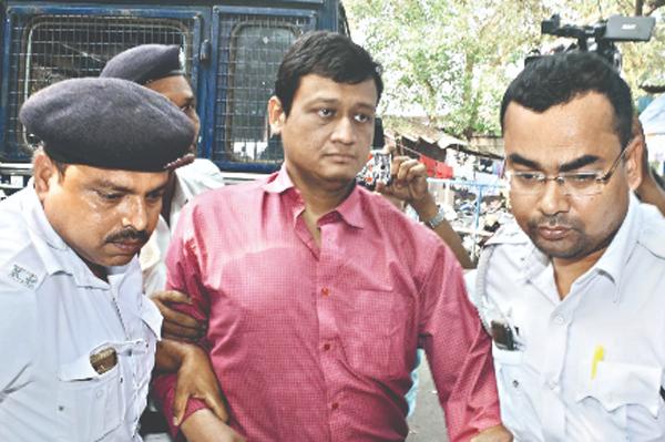 Subhabrata Majumdar đang bị cảnh sát bắt giữ. Ảnh: Millennium Post