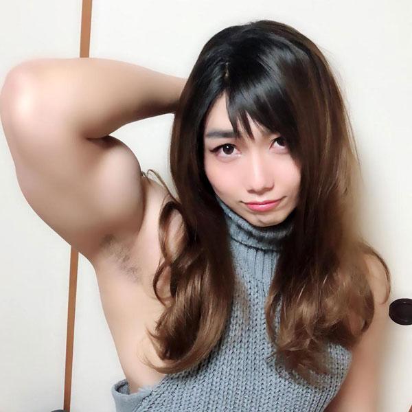 Gương mặt nữ sinh trái ngược với cơ bắp cuồn cuộn của Tatsuma.