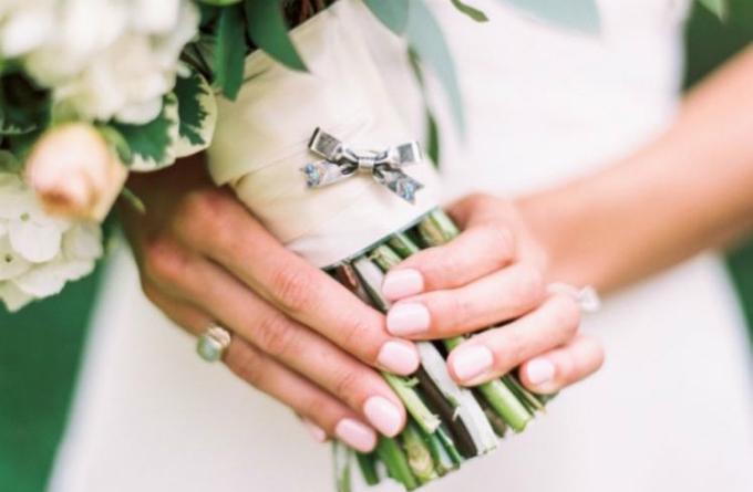 Mọi ánh mắt sẽ đổ dồn vào đôi bàn tay của cô dâu khi chú rể trao nhẫn cưới.