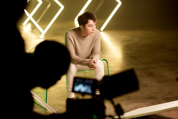Kể từ khi phát hành tự truyện vào tháng 10/2017, Sơn Tùng gần như vắng bóng. Nam ca sĩ không ra mắt bất kỳ sản phẩm âm nhạc nào, không xuất hiện trên báo chí khiến khán giả đặt ra nhiều câu hỏi.