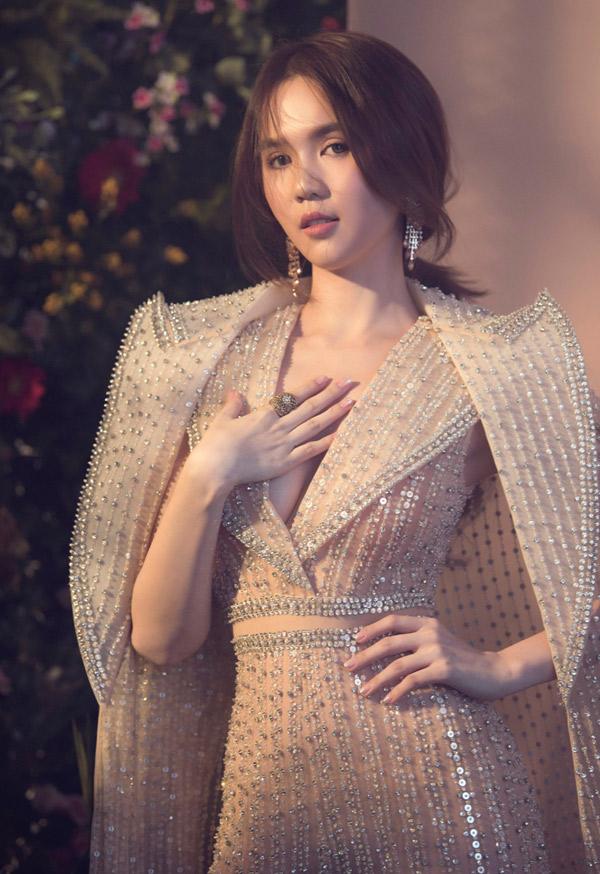 Ngọc Trinh hào hứng làm mẫu thể hiện sưu tập mới của nhà thiết kế Công Trí.