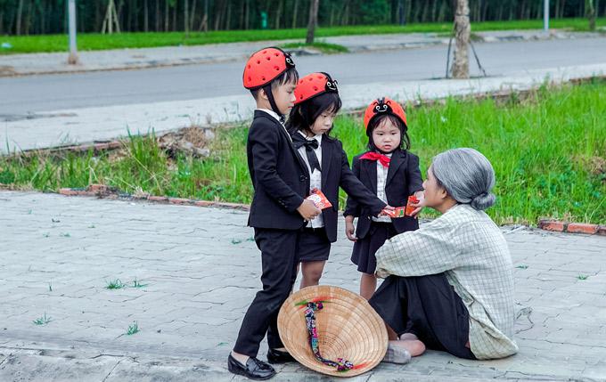 Minh Hà không ngại hy sinh vẻ ngoài xinh đẹp để hóa thân bà lão ngồi ăn xin trên vỉa hè.