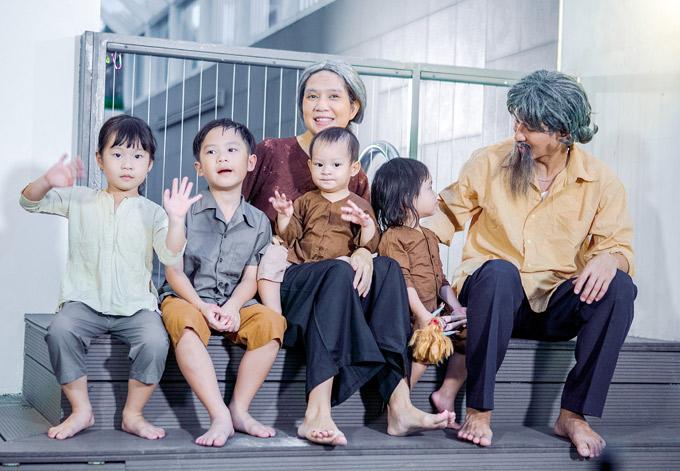 Điều thú vị là 4 nhóc tỳ của họ cũng tham gia diễn xuất trong sản phẩm này. Đây là lần đầu các bé có dịp khoe giọng hát cùng bố mẹ.