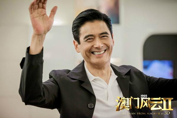 Châu Nhuận Phát tươi cười trong buổichụp hìnhposter phim Phong vân Macau.