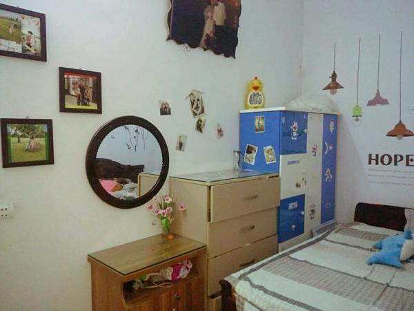 Phòng ngủ của vợ chồng chị Lan có diện tích không lớn. Phần lớn nội thất trong phòng đều có giá bình dân hoặc mua lại từ người quen.