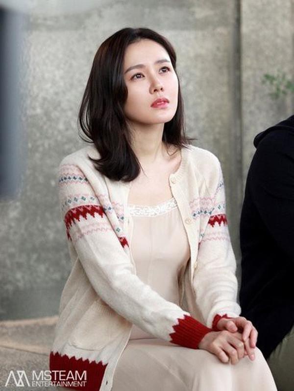 Chị đẹp thú nhận cô không có nhiều thời gian để dưỡng da đủ 10 bước như những cô gái Hàn Quốc khác. Son Ye Jin kiên trì với 3 bước cơ bản là làm sạch sâu, dùng serum đặc trị và thoa kem dưỡng ẩm.