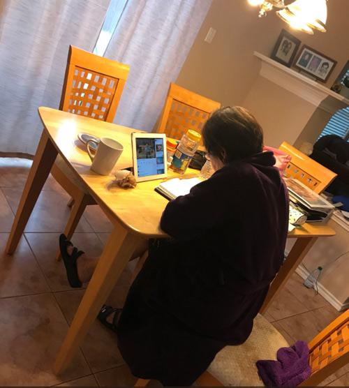 Cụ bà ngồi học tiếng Anh để có thể giao tiếp được với cháu gái.