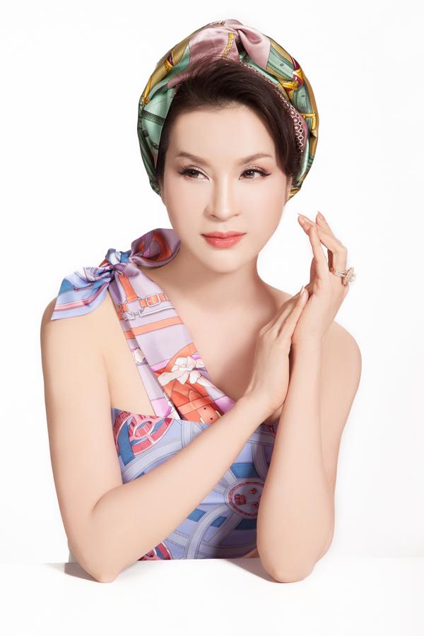 Son môi màu cam đào tươi tắn pha thêm một chút son bóng giúp MC Thanh Mai trông trẻ trung hơn nhiều so với tuổi thật.