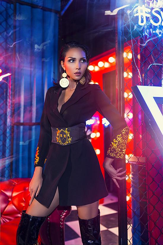 Các kiểu váy cổ vest hợp xu hướng được thêm điểm nhấn độc đáo bằng hoạ tiết thêu đi cùng thắt lưng to bản trên cùng chất liệu trang phục.