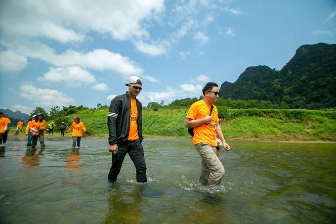 Vợ chồng Victor Vũ, Đinh Ngọc Diệp trèo đèo, lội suối ở Quảng Bình - 9