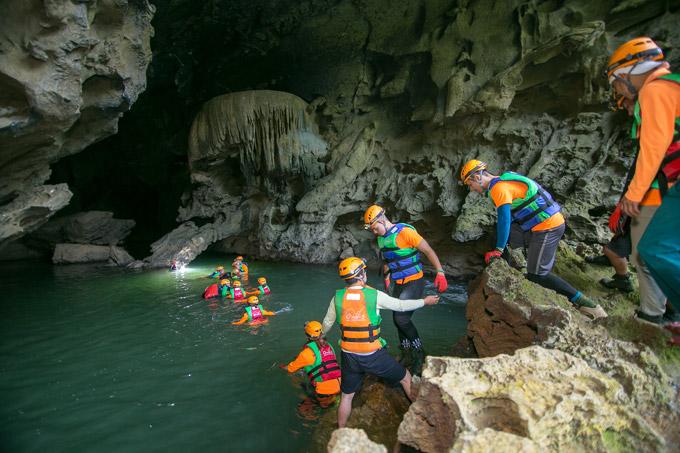 Vợ chồng Victor Vũ, Đinh Ngọc Diệp trèo đèo, lội suối ở Quảng Bình - 10