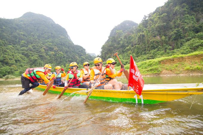 Vợ chồng Victor Vũ, Đinh Ngọc Diệp trèo đèo, lội suối ở Quảng Bình - 11