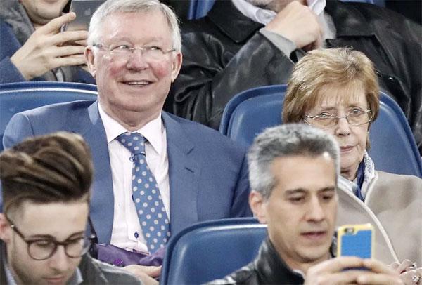 Sir Alex Ferguson và vợ cũng tới Roma xem trận tứ kết lượt về Champions League giữa đội chủ nhà và Barca.