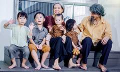 Vợ chồng Lý Hải hóa ông bà già với 4 con nheo nhóc