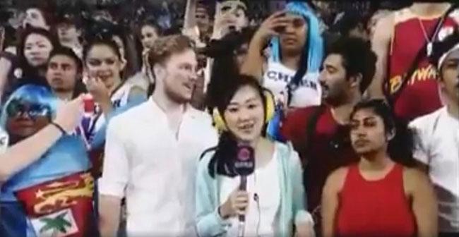 Nữ phóng viên bị hai khán giả sàm sỡ ngay trên sóng truyền hình trực tiếp