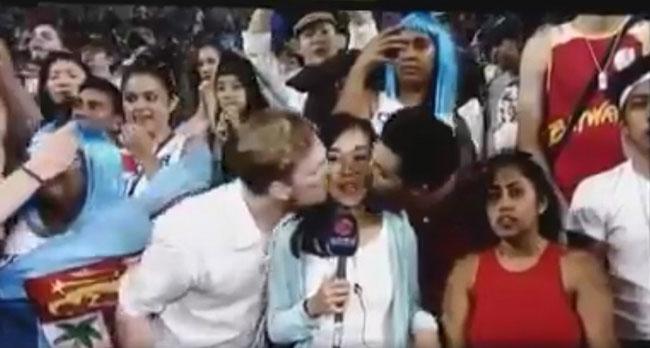 Nữ phóng viên bị hai khán giả sàm sỡ ngay trên sóng truyền hình trực tiếp - 1