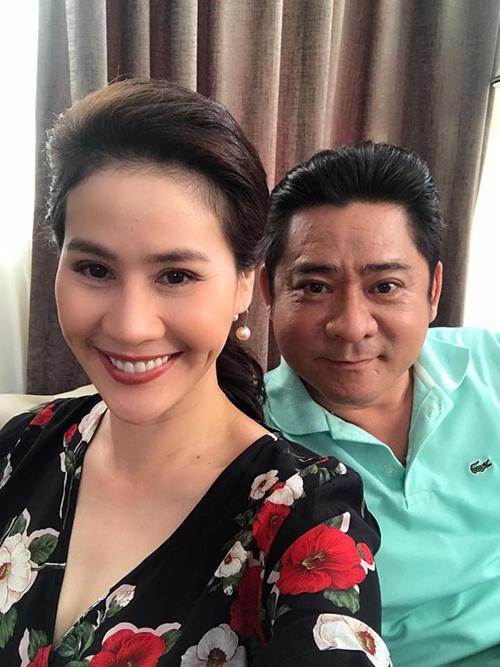 Thân Thuý Hà chụp chung với bạn diễn quen thuộc Huỳnh Anh Tuấn và bình luận: Một năm tôi làm vợ ông chục lần, Tết tới giờ ư.