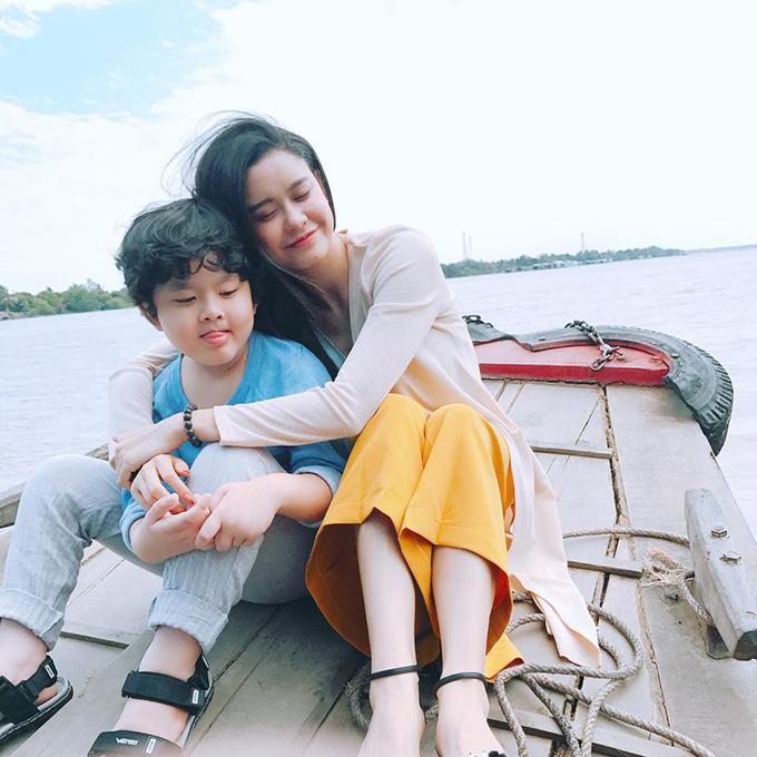 Trương Quỳnh Anh ôm