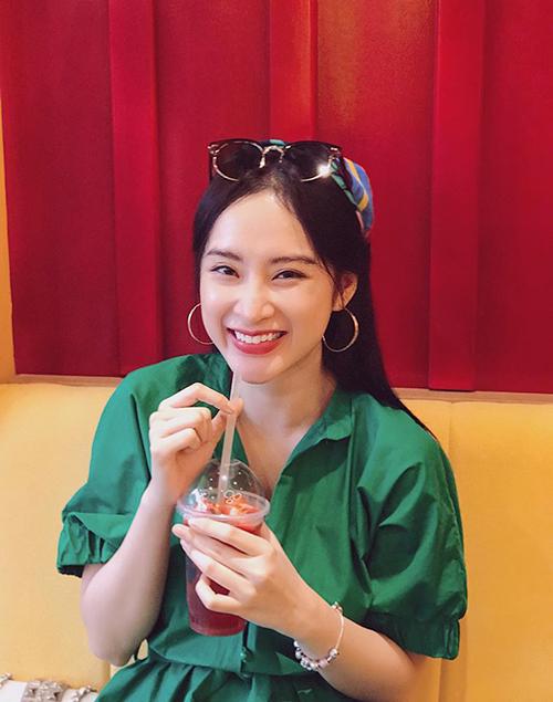 Dù ăn mặc kín đáo, không hở bạo nhưng Angela Phương Trinh vẫn rất thu hút người đối diện với vẻ ngọt ngào.