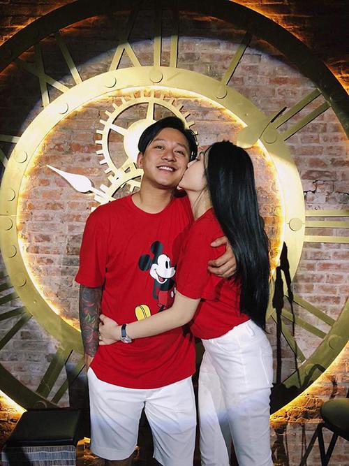 Tuấn Hưng và vợ mặc đồ đôi. Thu Hương dành nụ hôn ngọt ngào cho ông xã. Nam ca sĩ chia sẻ: Anh .