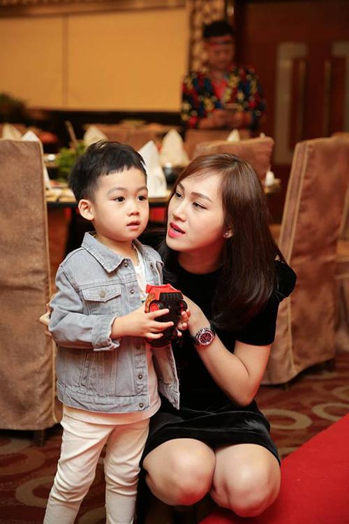 Ngọc Thạch tổ chức sinh nhật lần thứ 3 cho con trai. Bé Ricky càng lớn càng đẹp trai và toát ra khí chất soái ca.