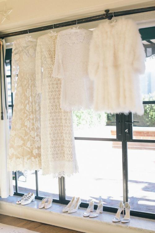 Ba bộ váy cưới và chiếc áo khoác của cô dâu đều đến từ thương hiệu Valentino. Tôi là một fan trung thành của thương hiệu này và cảm thấy mình trông thật tuyệt vời trong các thiết kế của họ, các bộ váy đều rất thanh lịch, cô dâu hạnh phúc chia sẻ.