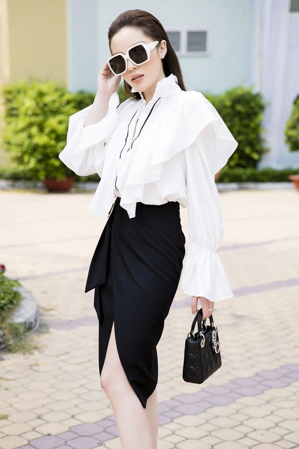 Đan xen với hình ảnh cá tính cùng phong cách menswear khi xuống phố, Kỳ Duyên chọn thêm áo sơ mi hot trend để làm mới hình ảnh.
