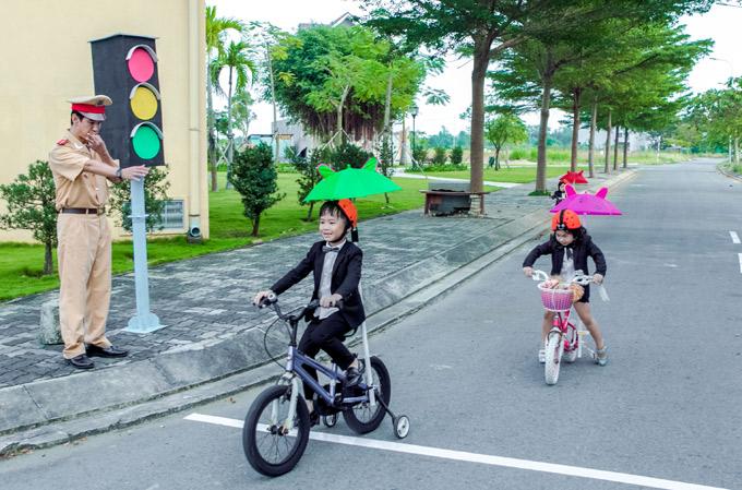 Nam ca sĩ biến hóa với hình ảnh cảnh sát giao thông, thổi phạt con trai dừng đèn đỏ quá vạch quy định.