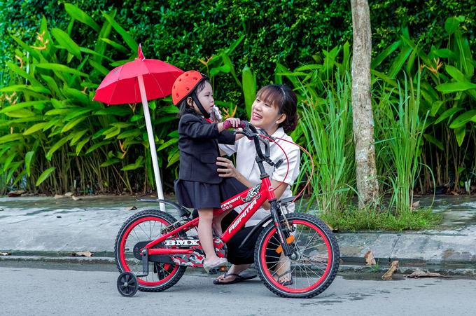 Minh Hà âu yếm chăm sóc con gái trong buổi quay MV.