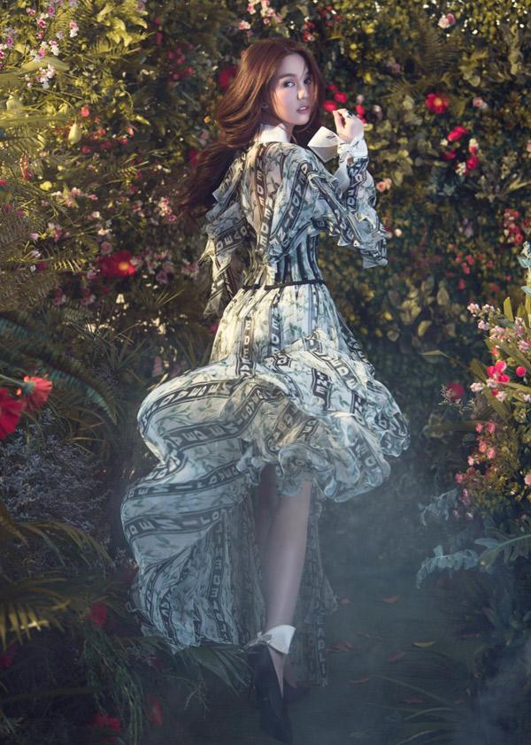 Ngọc Trinh hóa thân người đẹp lạc trong khu rừng đầy hoa lá.