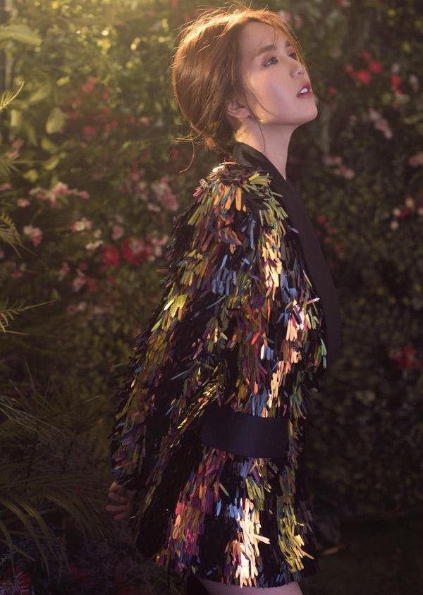 Nữ người mẫu rất ấn tượng với các thiết kế đậm tính sáng tạo, sử dụng chất liệu da đạng của Công Trí.