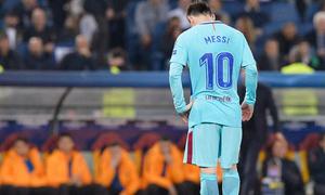 Messi câm nín cúi mặt khi Barca thua sốc Roma, bị loại khỏi Champions League