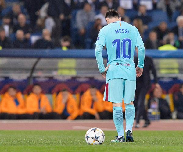 Siêu sao Argentina cúi gằm mặt khi trận đấu trôi về những phút cuối.