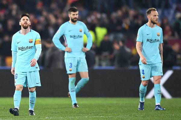 Messi, Pique và Rakitic câm lặng rời sân.