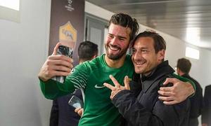 Totti vào phòng thay đồ của Roma, chia vui với các đồng đội cũ