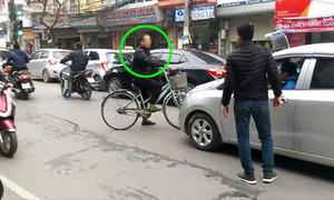 Người đàn ông đi xe đạp quyết chặn đầu hàng loạt ôtô trên phố Hà Nội