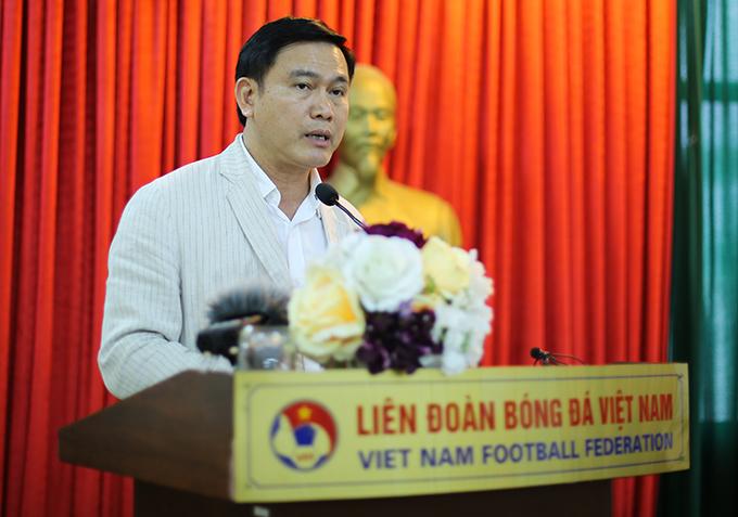 Ông Trần Anh Tú phát biểu trong buôi gặp mặt báo chí tại trụ sở VFF ở Hà Nội chiều 10/4. Ảnh: Văn Đương.