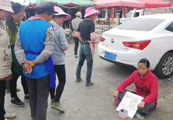 Sự xuất hiện của cô gái khiến nhiều người qua đường phải dừng lại. Ảnh: China Times