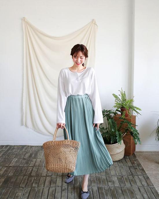 Những bộ cánh với sắc màu và kiểu dáng nhẹ nhàng đi cùng túi nan, túi cói đan thủ công sẽ giúp bạn gái trở thành cô nàng sành điệu với xu hướng thời trang thịnh hành.