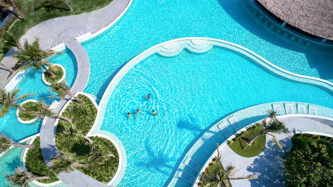 Du khách tới đây còn được tận hưởng chuỗi tiện ích cao cấp như hệ thống bể bơi độc đáo tràn từ bờ Tây sang bờ Đông khu nghỉ dưỡng, spa Hoa Sứ cung cấp các liệu trình trị liệu truyền thống, một trung tâm giải trí ngoài trời tọa lạc chính giữa resort và một Sunset Lounge đang hoàn thiện để trở thành điểm đến ngắm mặt trời lặn cho các lứa đôi, gia đình...
