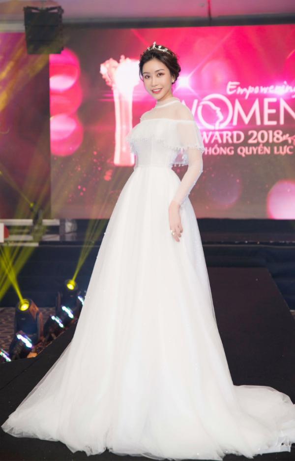 Hoa hậu Lam Cúc rạng rỡ nhận giải Bông hồng quyền lực - 1