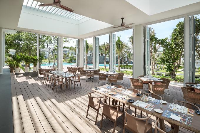 Nhà hàng hải sản Corallo và nhà hàng buffet bên biển The Market được thiết kế với không gian thoáng mát, hiện đại, cho du khách những giờ phút ăn uống thư giãn, vui vẻ.